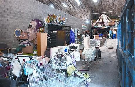 Nave abandonada de la calle de los Almogàvers que hasta ayer albergaba el centro 'okupado' Artkatraz.