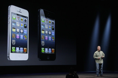Phil Shiller, vicepresidente mundial de m�rketing de Apple, con el nuevo iPhone 5.