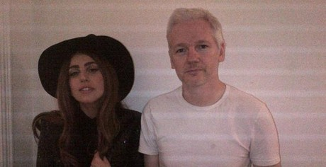 Lady Gaga y Assange, el lunes, en la embajada de Ecuador, en Londres