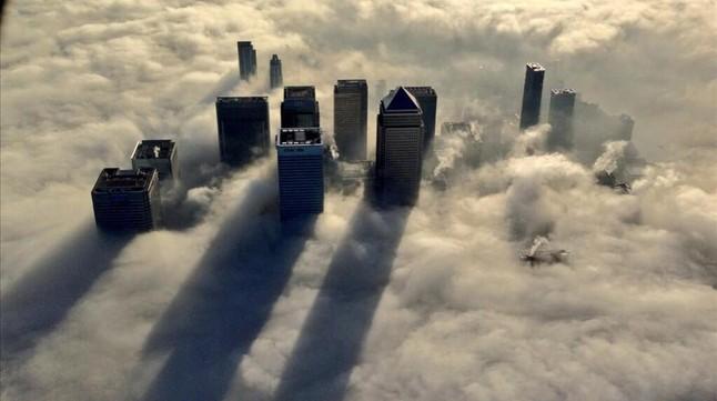 EL centro financiero de Londres,Canary Warf, con una espesa capa de niebla.