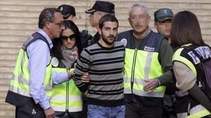 Miguel Carcaño, al centre, amb els policies que el custodien a Saragossa.