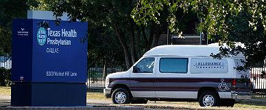Una ambulancia llega al hospital de Dallas donde est� ingresado el paciente con �bola.