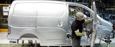 Un operario trabaja en la l�nea de montaje de Nissan.