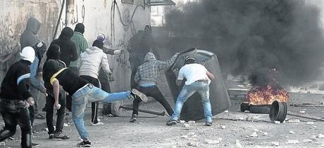 Grupos de palestinos se enfrentan a la polic�a en Jerusal�n Este.