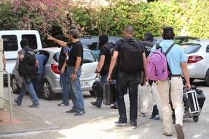 Agents de la Guàrdia Civil accedeixen al domicili de Jordi Sumarroca, aquest dijous.
