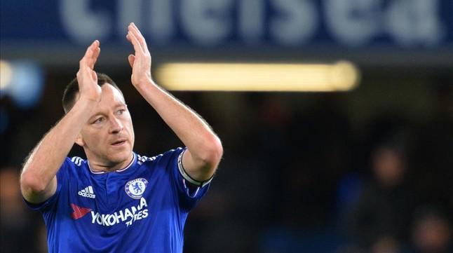 Terry aplaude a los aficionados del Chelsea tras el partido con el Sunderland.