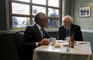 Bernie Sanders, reunido con el reverendo Al Sharpton en el retaurante de Harmen Sylvias, en Nueva York.