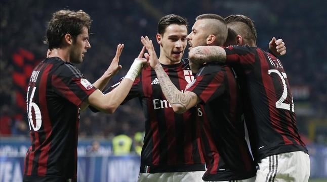 Los jugadores del Milán, durante el encuentro de Copa