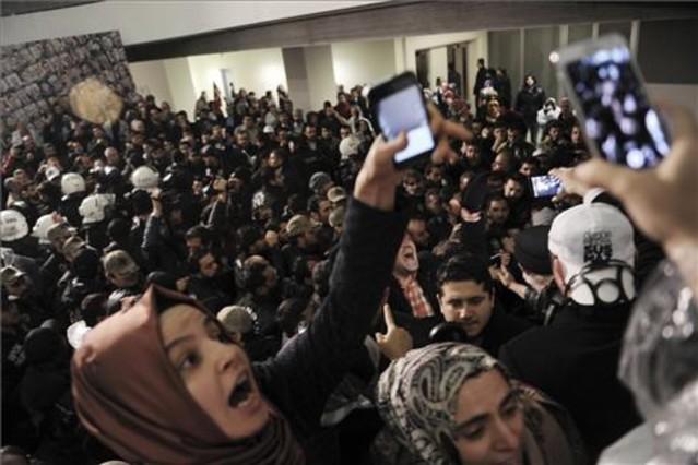 Un grupo de periodistas reaccionan ante el asalto de los antidisturbios en al sede del diario Zanan, es Estambul.