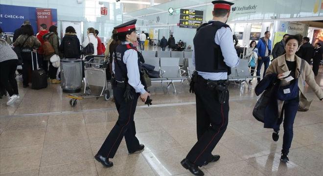 Dos mossos participan en el servicio de vigilancia reforzada del aeropuerto de El Prat.