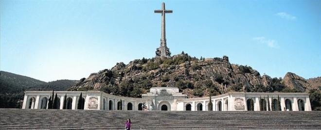 <b>Para nostálgicos y turistas</b> Una mujer se fotografía en el Valle de los Caídos, con el mausoleo donde reposan los restos de Franco al fondo.
