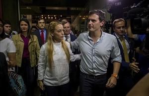 Lilian Tintori, la esposa del opositor encarcelado Leopoldo López, recibe a Albert Rivera este martes a su llegada a Venezuela.