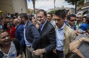 El Presidente en funciones, Mariano Rajoy, increpado a su llegada al municipio de Alfafar en Valencia