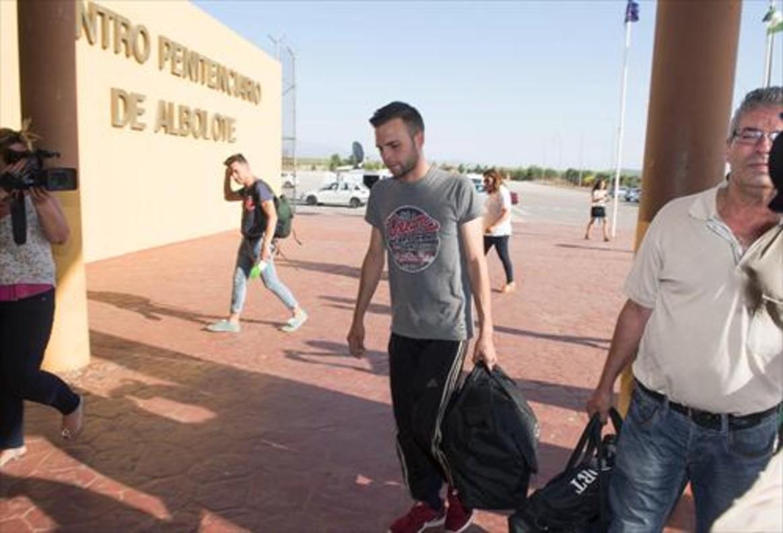 Alejando Fernández, a punto de entrar en la prisión granadina de Albolote, ayer.