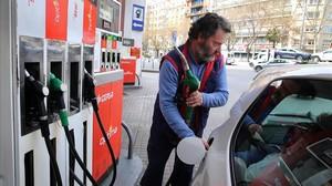 Un conductor reposta en una gasolinera de Barcelona.