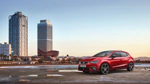 El nuevo Seat Ibiza frente a las torres del Port Olimpic.