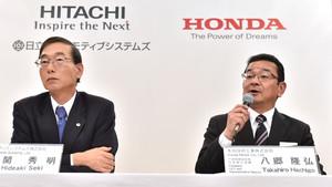 Takahiro Hachigo, presidente de Honda, y el presidente de Hitachi Hideki Seki (izquierda).