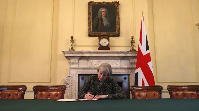 Theresa May notifica per carta a la UE l'inici del 'brexit'.
