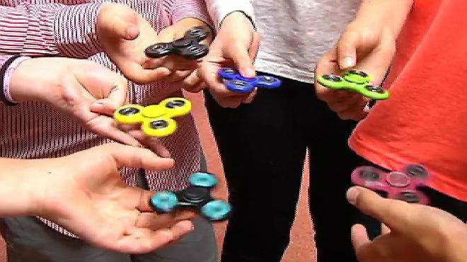 Finger Spinner, la nueva moda de los jóvenes