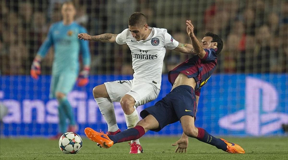 Verratti se protege de la entrada de Busquets en el último Barça-PSG.