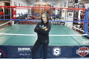 Sonia Miras, frente al ring del gimnasio donde entrena en Barcelona.