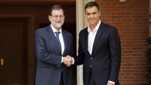 Rajoy y Sánchez se saludan, este jueves, antes de reunirse en la Moncloa.