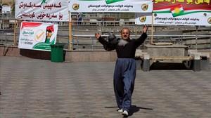 Un hombre en apoyo del referéndum del Kurdistán.