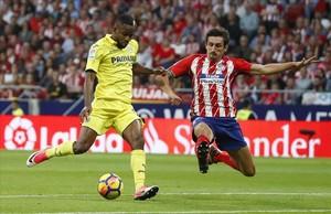 Savic se cruza a tiempo ante Bakambu para evitar una clara ocasión de gol