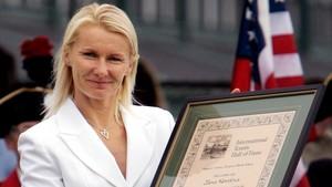 zentauroepp41019539 file photo jana novotna holds up her certificate after bein171120103523