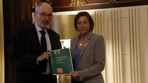 El síndic de greuges, Rafael Ribó, junto a la presidenta el Parlament, Carme Forcadell.