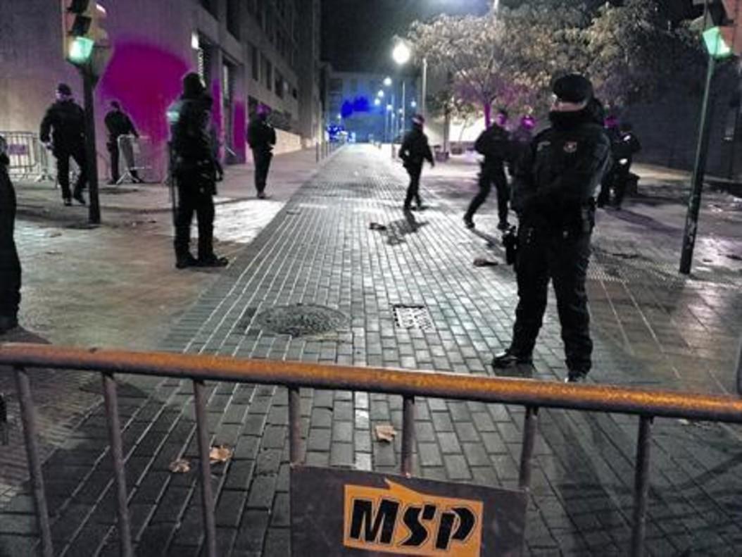Exterior del Museo de Lleida, anoche, con el dispositivo policial.