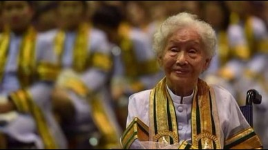 Una tailandesa consigue el título universitario a los 91 años