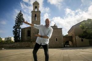 Andrés Torres, en la plaza de Ignasi Juliol, frente a la iglesia de Sant Martí, un remanso de paz rural en medio de la ciudad.