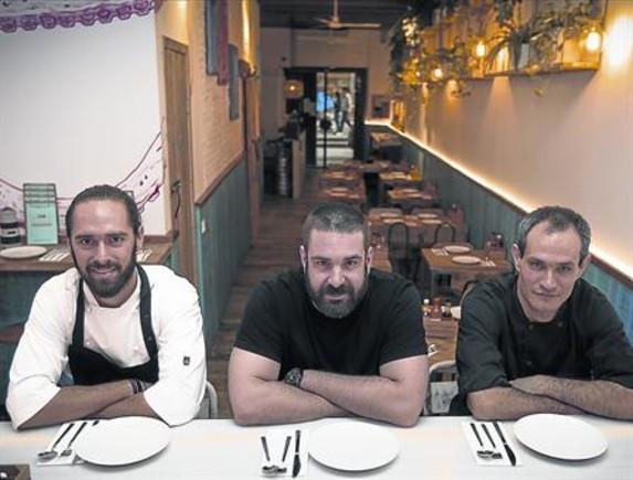 De izquierda a derecha, y acodados en la barra de ceviches, Rodrigo Arrioja, Marc Duran y Arin Luken.