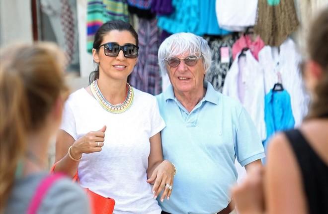 Ecclestone pasea con su mujer, Fabiana.�