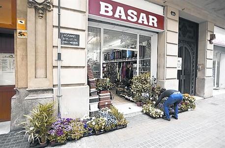 Los bazares multiprecio inundan las aceras de barcelona de for Bazares calle jujuy