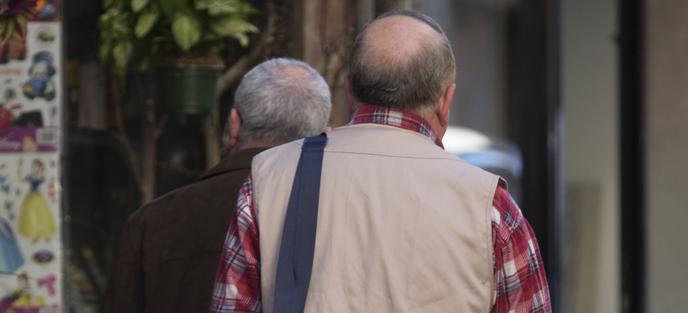 El exmaestro de los Maristas A. F., con camisa a cuadros, sale de su casa en un barrio del �rea metropolitana de Barcelona.