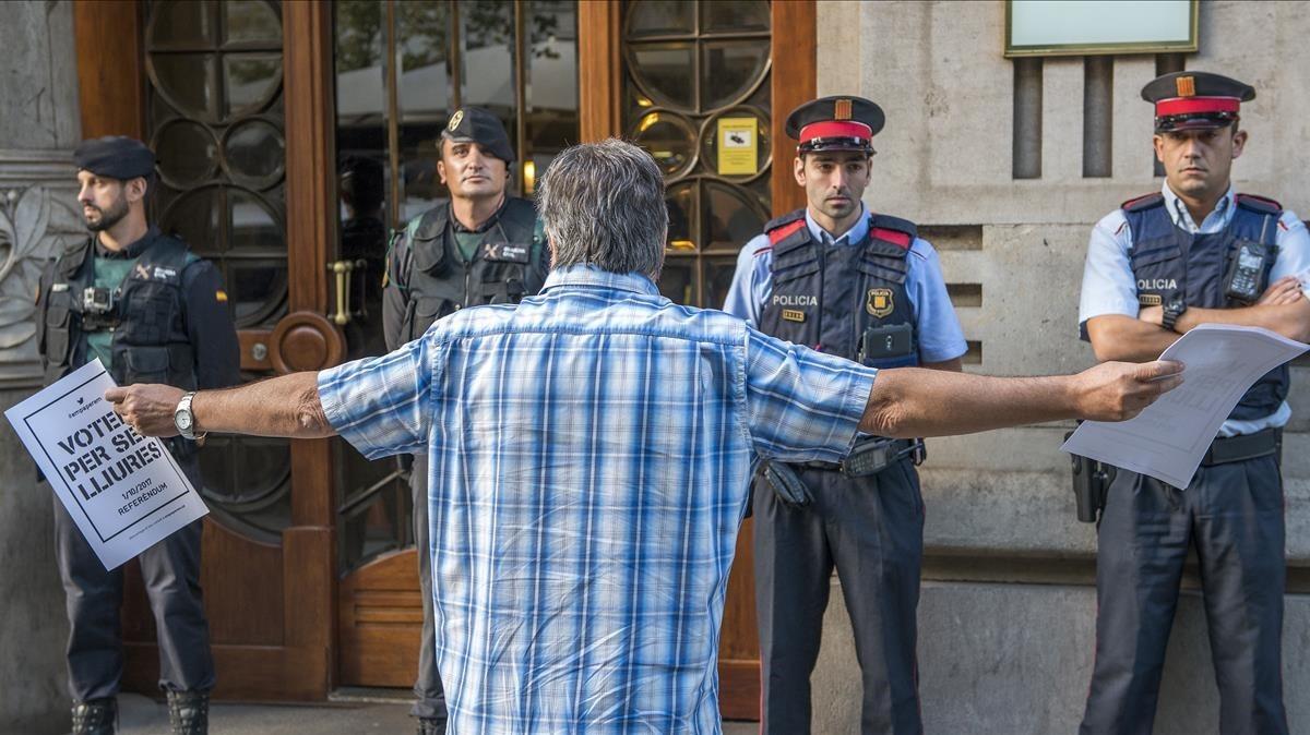 Protesta antela Conselleria de Economia de la Generalitat por el registro de la Guardia Civil.