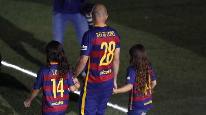 Javier Mascherano, durante la celebraci�n del doblete en el Camp Nou