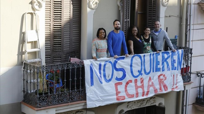 Vecinos de la calle de Leiva, 37, en el balcón de su finca, la semana pasada.
