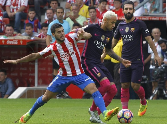 V�ctor y Neymar pugnan por un bal�n.�