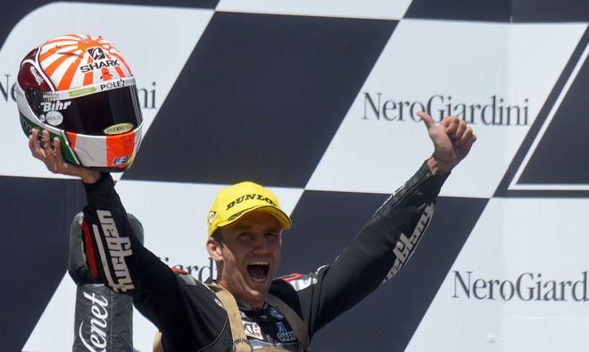 Johann Zarco celebra en el podio de Spielberg su victoria en el GP de Austria en Moto2.