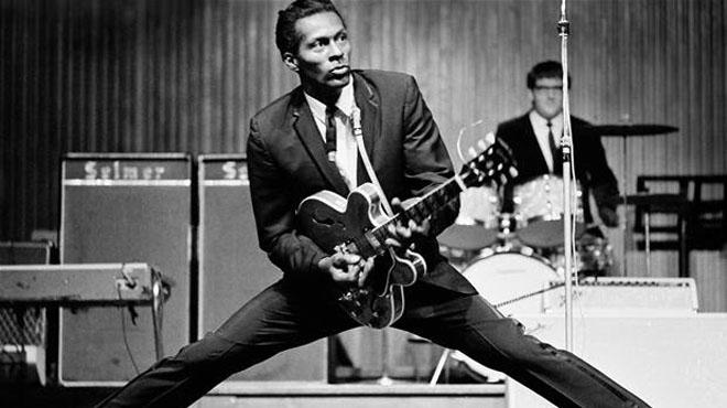 Chuck Berry interpreta en directe 'Johnny B. Goode' el 1958.