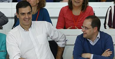 Pedro Sánchez y César Luena, en el comité federal del PSOE, hoy