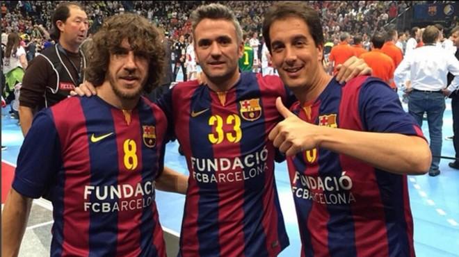Puyol, junto a su hermano y Xavi, a la derecha, durante un partido de balonmano.