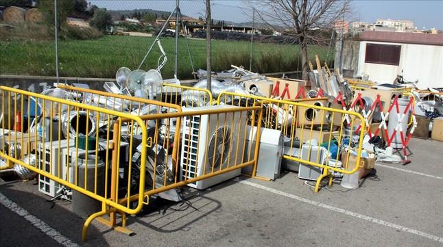 Utensilios utilizados en las plantaciones de marihuana almacenados en la comisaría de los Mossos de Figueres