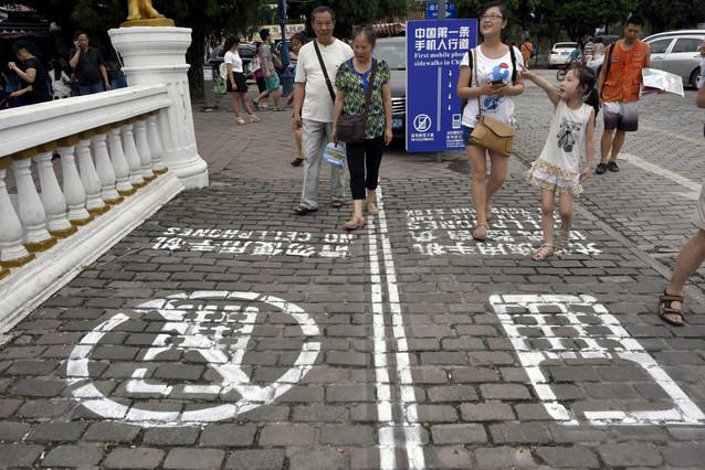 """China inventa el """"primer carril para usuarios de teléfono móvil"""", en la ciudad deChongqing."""