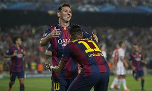 Messi corre a abrazar a Neymar tras marcar este �ltimo el primero de la noche.
