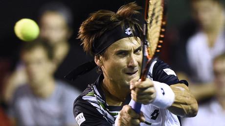 David Ferrer devuelve una bola a Fernando Verdasco, en el torneo de Par�s-Bercy