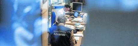 Investigaci�n 8 Funcionarios de Aduanas, de la Agencia Tributaria, revisan documentaci�n y ordenadores ayer en el despacho de Rato.